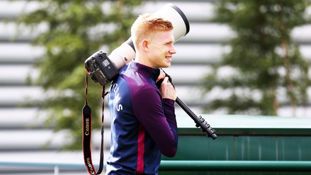 BESOIN D'AIDE? Kevin De Bruyne aide notre photographe!